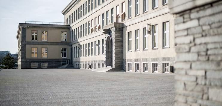 Das Schulhaus wurde evakuiert. (Bild: TOP ONLINE Archiv/ksimlee.ch)
